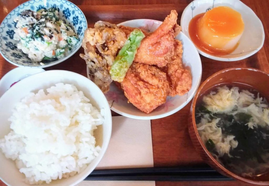 Deep-fried chicken lunch set for 900 yen (left), Photo by Hana, in Kurashiki